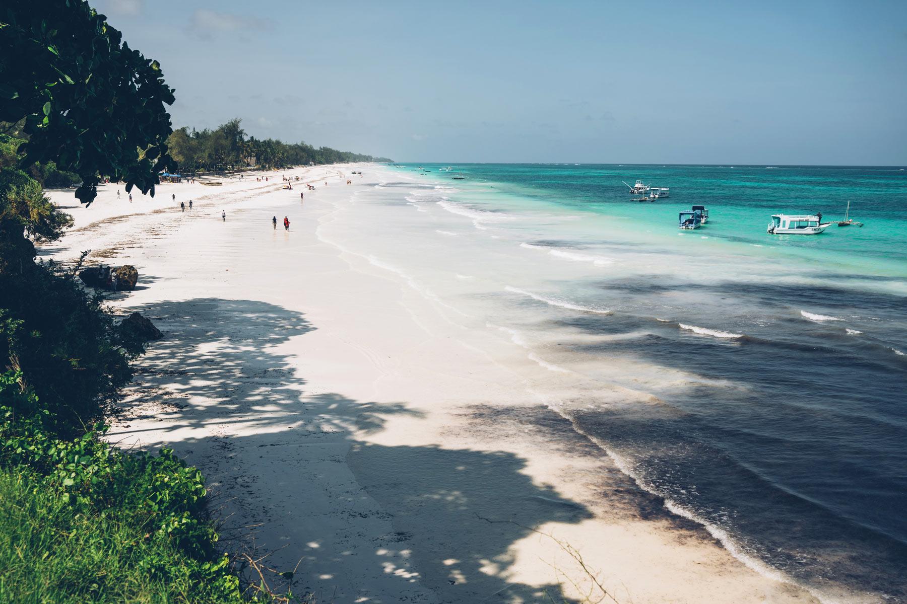 Mombasa, plage de sable blanc au Kenya
