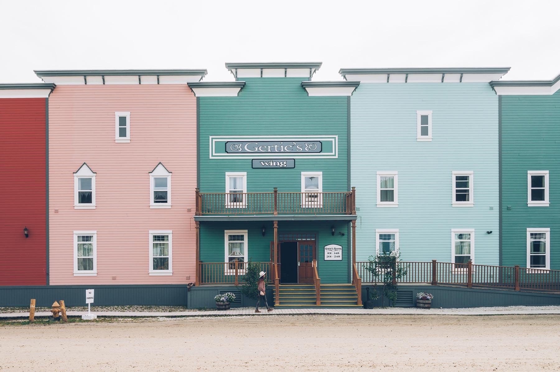 Façades colorées de Dawson City, Canada