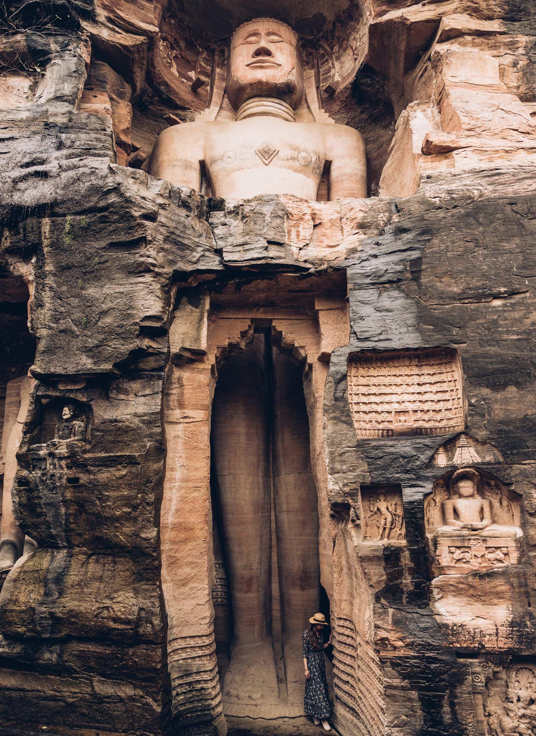 Gwalior, Sculptures dans les falaises