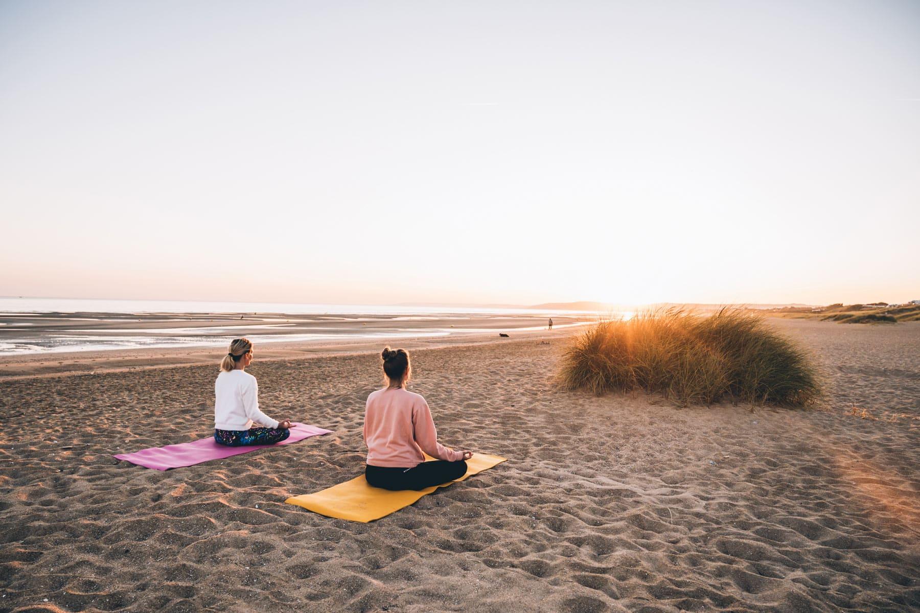 Yoga sur la plage en Normandie
